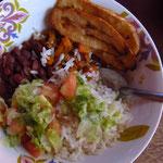 Ein ganz typisches Mittagessen: Bohnen, Reis, Salat und Maduros (Kochbananen)