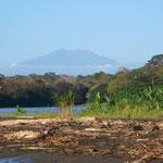 Der Vulkan Turrialba in der Ferne