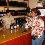 Mit Olga bei einer Weinprobe. Es war eher eine Schnapsprobe. Ich hab immer nur genippt... Man das Zeug brennt!!!