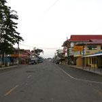 Die ausgestorbene Hauptstrasse frueh um kurv vor 6 Uhr