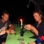 UNO Spielen am Abend geht auch nur mit Kerzenlicht und Stirnlampe