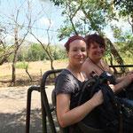 Julia und ich im Unimog auf dem Weg zum Gipfel