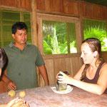 Laurie und Wilson beim Raspeln der Fruechte um die Tatoos zu machen.