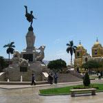 Plaza de Armas in Trujillo. Eine supernette Stadt, 700.000 Einwohner, soll angeblich saugefaehrlich sein, aber mir ist wie immer nix passiert...
