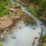 Nicaragua von seiner anderen Seite. Das ganze Dreckwasser von den Haeusern wird in diesen *kuenstlichen* Fluss geleitet, wo es dann im Boden versickert, super fuers Grundwasser. Mein Guide heute wollte mir weissmachen, dass das nicht im See landet. HAHA.