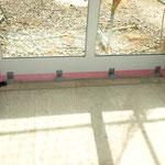 Klebeband am bodentiefen Fenster