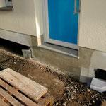 Haustür, mit aufgebrachtem Sockelputz