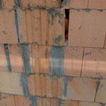 Mauer im Bereich des Aussteifungsbalkens von außen nach dem Ausschalen