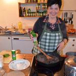 Monika beim Kochen