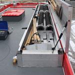 Dachbox: Saugschläuche, Abgasschlauch, Schaufeln, Dunghaken