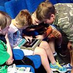 """Einführungsveranstaltung durch das Stadtmedienzentrum: Die Schüler schauten einen Film an und erstellten Mindmaps zum Thema """"Cybermobbing""""."""