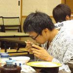 うどんを食べる香川県民