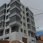 """EDIFICIO DE DEPARTAMENTOS CONSTRUÍDO """"LA PRADERA"""". VISTA EN ESQUINA."""
