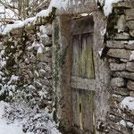 Porte dans un mur en pierre sèche