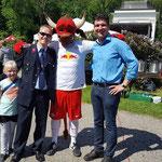 Landrat Henry Graichen mit Bulli von RB Leipzig, Veranstalter Tommy Schmidt und der kleinen Zoey G.