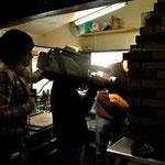 『とびっきり食堂』撮影風景: 肉を焼く「Churrasqueiro:シュハスケイラ」も撮影
