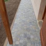 Terrasse en pavage, bordure bois