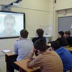 Учащиеся 9-го класса смотрят видеоматериалы