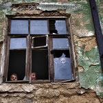 Bambini che giocano nel quartiere abbandonato di Karabash