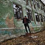 Bambino che gioca nel quartiere abbandonato di Karabash