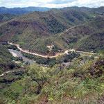 Grenzfluss Peru - Equador, in hügeligem Gebiet