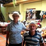 Zwei Models in einer Sombrero Werkstatt
