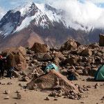 Das Basislager bei Sonnenschein am Morgen nach der Besteigung des Chachani