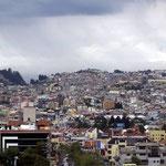 Quito liegt in einem über 40km langen Tal