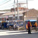 Mototaxis warten auf Kunden in Chivay