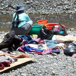 Gewaschen wird in Bolivien oft an Bächen