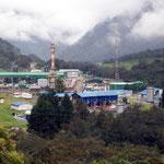 Um des Erdöl in der Pipeline über einen 4000m hohen Berg zu pumpen ,braucht es grosse Pumpstationen