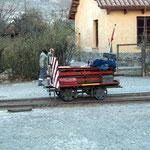 """Auch wenn der Zug von Salta zum """"Viaducto la Polvorilla"""" nur Samstags fährt wird fleissig Unterhalt am Schienennetz gemacht."""