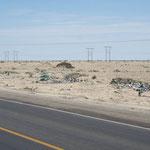 Die peruanische Wüste ist mit Abfall übersäht