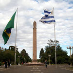 Die Grenzstädte Santana do Livramento in Brasilien und Rivera in Uruguay sind zusammen gebaut. Grenzüberschreitender Verkehr wie in Europa, die Zollstationen für Aus- und Einreisestempel muss man suchen