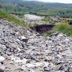 Eine Woche zuvor hatten sie starke Niederschläge im Colca Tal. Jetzt gibt es einen Furt durch den Bach der, im Moment kein Wasser führt