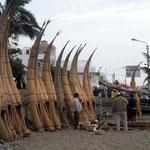 Traditionelle Schilfpferdchen (Caballitos de totora) am Strand von Huanchaco bei Trujillo