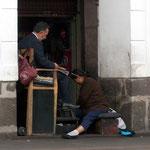 In Südamerika liest man während des Schuhputzens die Zeitung
