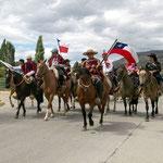 Spitze des Brauchtums-Umzuges im chilenischen Cochrane