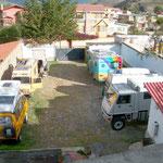 Herr Bundesrat Maurer: Jetzt wissen wir wo das vermisste Armeematerial ist. In La Paz, Bolivien beim Hotel Oberland. Nicht nur der orangene Pinzgauer auch der gelbe VW Bus waren Schweizer Armeefahrzeuge