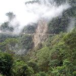 Enge und steile Naturstrasse im Süden Kolumiens, zwischen Pasto und Mocoa