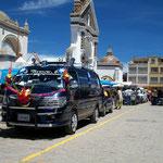 Im bolivianischen Copacabana, nahe der peruanischen Grenze, werden die Autos herausgeputzt und geschmückt um nach der Messe vom Pfarrer gesegnet zu werden. Die Alternative zu einer Fahrschule.