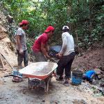 Einen Tag verbringt Margrit bei den Arbeitern eines Staudammes für die Wasserversorgung von ca. 1200 Kühen. Margrit zerkleinert Steine die dem Zement beigefügt werden