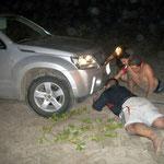 Nach zwei Stunden graben legen sich die zwei Chicos und zwei Chicas nochmals in den Sand, um unser Abschleppseil zu montieren