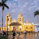 Kathedrale von Cajamarca, es regnet nicht, die Steinplatten de Placa glänzen