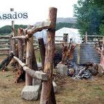 Ein Fiesta Costumbrista zu besuchen gibt Hunger. Das Fleisch wird schon am Mittag ans Feuer gehängt um am Abend gegessen zu Ein Fiesta Costumbrista zu besuchen gibt Hunger. Das Fleisch wird schon am Mittag ans Feuer gehängt um am Abend gegessen zu werden