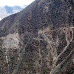 Ab- und Aufstieg an teilweise sehr ausgesetzen Felswänden vorbei