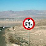 Da ist das Komma wirklich am rechten Ort. Das Schild steht bei der zweitgrössten Kupfermine Chiles, bei Chuquicamata.