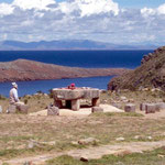 Auf der Isla del Sol wartet bei den Ruinen ein Schamane auf die Touristen