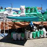 El Alto bei La Paz. Dicht am Strassenrand über längere Strecken wird Reis und Zucker in grossen Mengen verkauft