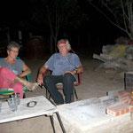 Am Feuer mit unsern herzlichen Gastgebern, Ruth und Beat
